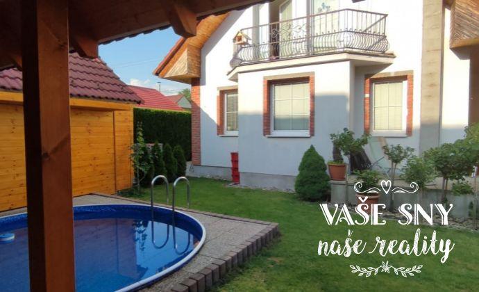 Na predaj vkusný rodinný dom s bazénom v Handlovej na Duklianskej ulici.