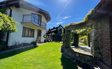 PREDANÉ - Exkluzívny dom s krásnou záhradou, bazénom, altánkom, saunami, fitkom, vinárňou.