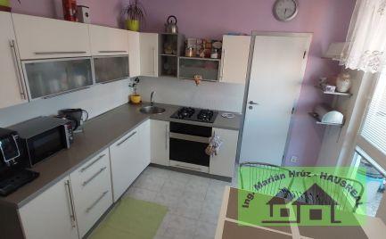 Ponúkame Vám na predaj  kompletne prerobený a zariadený 3 izbový byt s klimatizáciou a  parkovacím miestom v Leviciach  .