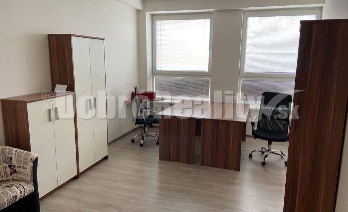 Na prenájom pekná kancelária alebo komerčný priestor v priamom centre Rimavskej Soboty
