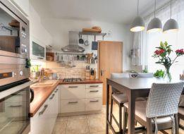 REZERVOVANÝ - Predaj rekonštr. 4izb bytu 82m2 OV zvýš.príz. zariadený, slnečný