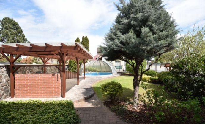Rodinný dom s bazénom, garážou a upravenou záhradou, Bratislava II