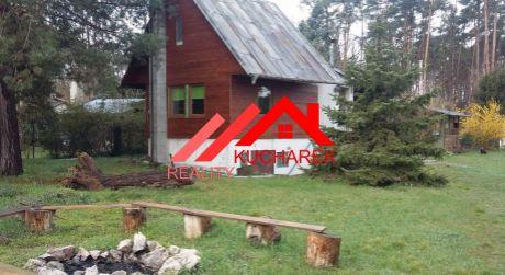 Kuchárek-real: Ponúka rekreačnú chatu v krásnom, lesnom prostredí v chatovej oblasti Plavecký Štvrtok.
