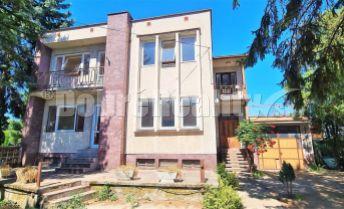 Veľkorysý dvojpodlažný dom, dve bytové jednotky 257m2 + suterén s krbom, klenbovou pivnicou, garáž, terasa + balkón na pozemku 876m2