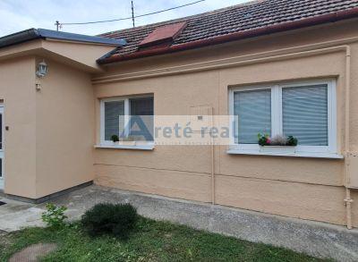 Areté real – predaj 2izb.domu v Slovenskom Grobe v spoločnom dvore so záhradou.