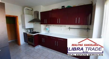 PREDAJ - čiastočne prerobený 3 izbový tehlový svojpomocný byt so záhradou v Dulovom Dvore časť Komárna