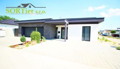 REZERVOVANÝ Nadštandardný moderný rodinný dom s klimatizáciou, el. roletami a dvoj garážou (okres MALACKY)