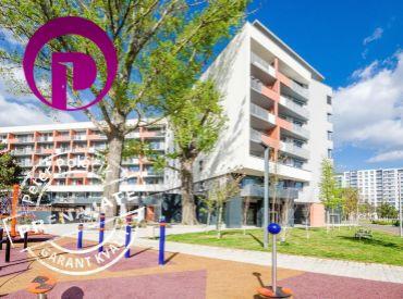 2i byt, 59m2 – BA-Ružinov: novostavba NUPPU, ÚPLE NOVÝ byt a ZARIADENIE, PARKOVANIE, VEĽKÁ lodžia 7m2, upravené okolie, ZELEŇ