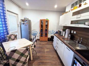 Predaj 1 izbového bytu vhodného aj na podnikanie v Šali.