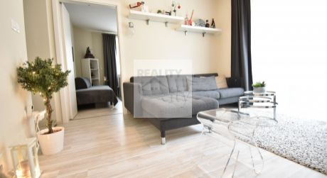 4 - izbový netradičný byt  66 m2 , garáž , terasa 25 m2 centrum obce - Rajka