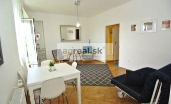 Prenájom-  elegantný 2- izbový byt (42,5 m2) s veľkou terasou (22,5 m2) oproti Prezidentskému palácu, ul. Panenská, Bratislava I – Staré mesto