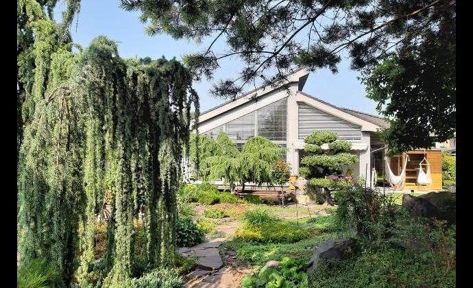 Rodinný dom na 1000m2 pozemku s krásnou záhradou a jazierkom