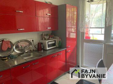 Na predaj priestranný 3 - izbový byt v centre mesta Senec.