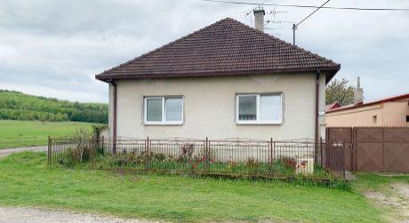 Rodinný dom Jablonové s výbornou polohou pri lúke.