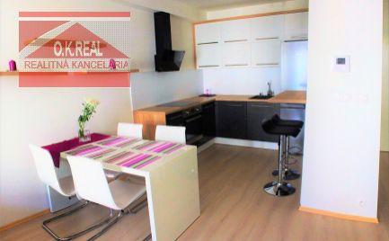 Ponúkame na dlhodobý prenájom kompletne zariadený 2-izbový byt (45m2), v úplnom centre Bratislavy v novostavbe Modrá Guľa na ulici Suché Mýto