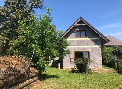 Novostavba domu v Lazanoch s veľkým pozemkom a vidieckym domom