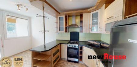 NA PREDAJ zrekonštruovaný 3 izbový byt s klimatizáciou k okamžitému nasťahovaniu v žiadanej lokalite Trenčianskych Teplíc - Štvrť SNP