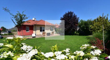 4 – izbový veľmi vkusne zariadený rodinný dom 89m2, terasa 31m2, pozemok 580m2, na dobrom mieste v Rajke