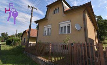 Rodinný dom s pozemok o výmere 3022 m2, prístup z 2 strán.