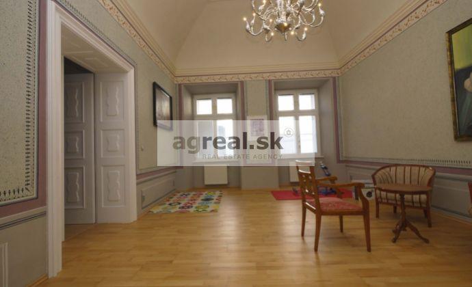Reprezentačný 5-izbový  byt v barokovom paláci v centre Bratislavy, 180 m2, 2.posch.