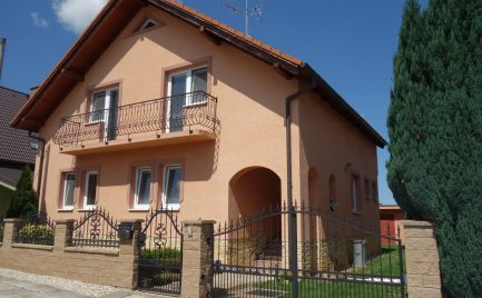 Pekný RD s altánkom, letnou kuchynkou a garážou v Chocholnej-Velčiciach a 906 m2 pozemkom