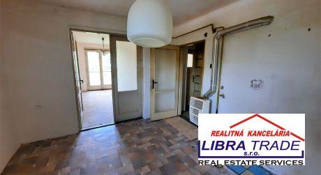 PREDAJ - 2 izbový tehlový byt s vlastným kúrením v pôvodnom stave na ulici E.B.Lukáča v Komárne
