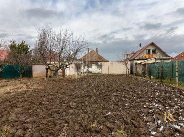REZERVOVANÉ Rodinný domček s krásnym veľkým pozemkom v pokojnej dedinke Svätý Martin v Senci