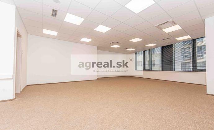 Kancelárske priestory 823 m² v novostavbe na Nám. 1 mája, parking, klimatizácia, optika