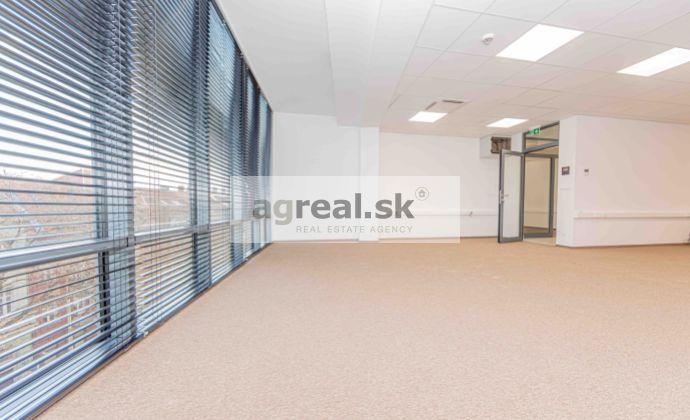 Kancelárske priestory 184 m² v novostavbe na Nám. 1 mája, parking, klimatizácia, optika