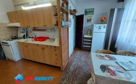 BÁNOVCE nad BEBRAVOU – 3 – izb. byt / sídlisko STRED /  Balkón / SUPER lokalita
