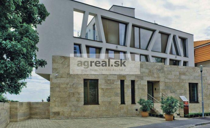 Kancelárske priestory 474 m2 v exkluzívnej vile - reprezentatívne sídlo firmy, 9 parkingov, Červeňova ul.