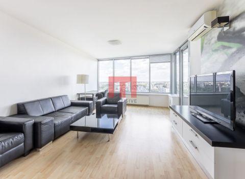 REZERVOVANÝ- Na predaj veľký 2 izbový byt v projekte III VEŽE s pivnicou v cene, orientovaný na východ