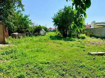 14 árový pozemok so starším RD 25 km od Bratislavy