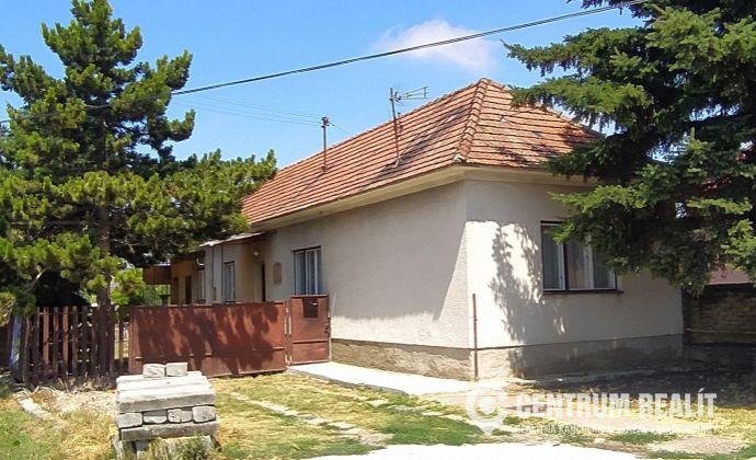 x REZERVOVANÝ x Starší, zachovalý 3-izbový rodinný dom,nové rozvody elektriny, vody, nový bojler, kotol, kúpeľňa, 1315 m2 pozemok, Báč
