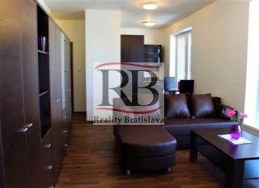 Pekný 2 izbový byt s veľkou terasou a garážovým státím v cene