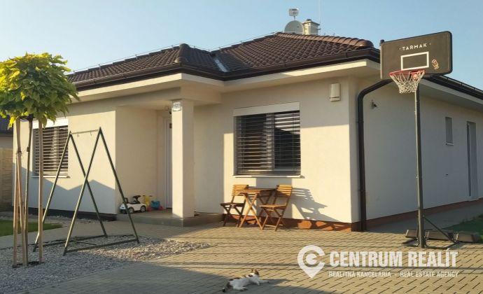 ** REZERVOVANÝ ** Kvalitný, nadštandardný 4-izbový bungalov 106 m2, klimatizácia, alarm, pozemok 455 m2, Hviezdoslavov
