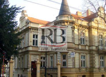 Uzavretý administratívny celok v krásnej historickej budove, 139 m2, 2 parkovacie miesta