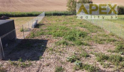 Exkluzívne APEX reality rovinatý stavebný pozemok v Dolnom Trhovišti, 749 m2, IS na pozemku