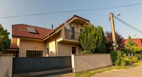 Veľký rodinný dom s krásnou záhradou v obci Lozorno