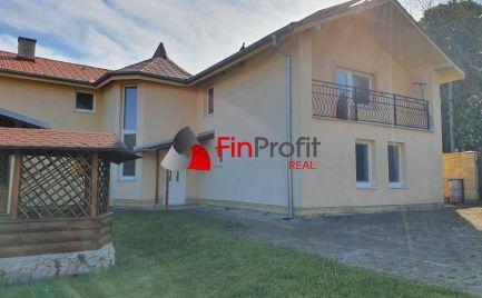 Na predaj rodinný dom vhodný na bývanie aj ubytovanie v obci Trávnica, neďaleko Termálneho kúpaliska Podhájska (5km)