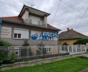 Priestranný rodinný dom v obci Vráble-NA PREDAJ