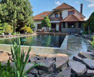 TOP Realitka – Exkluzívne, DOHODA! Luxus pre náročných a solventných klientov, NOVOSTAVBA, 6-izbová RODINNÁ VILA, Apartmán, plávajúce jazero, kamenný altánok, čarovný park, Poľná ul., Bernolákovo