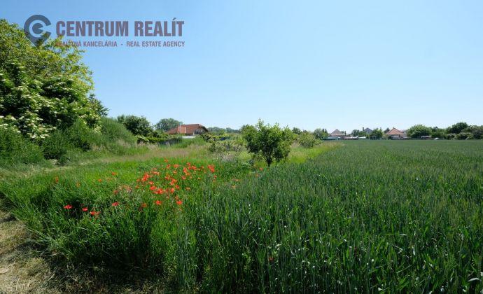 Krásny pozemok v pokojnej ulici a v tichom prostredí Lehnice - Sása