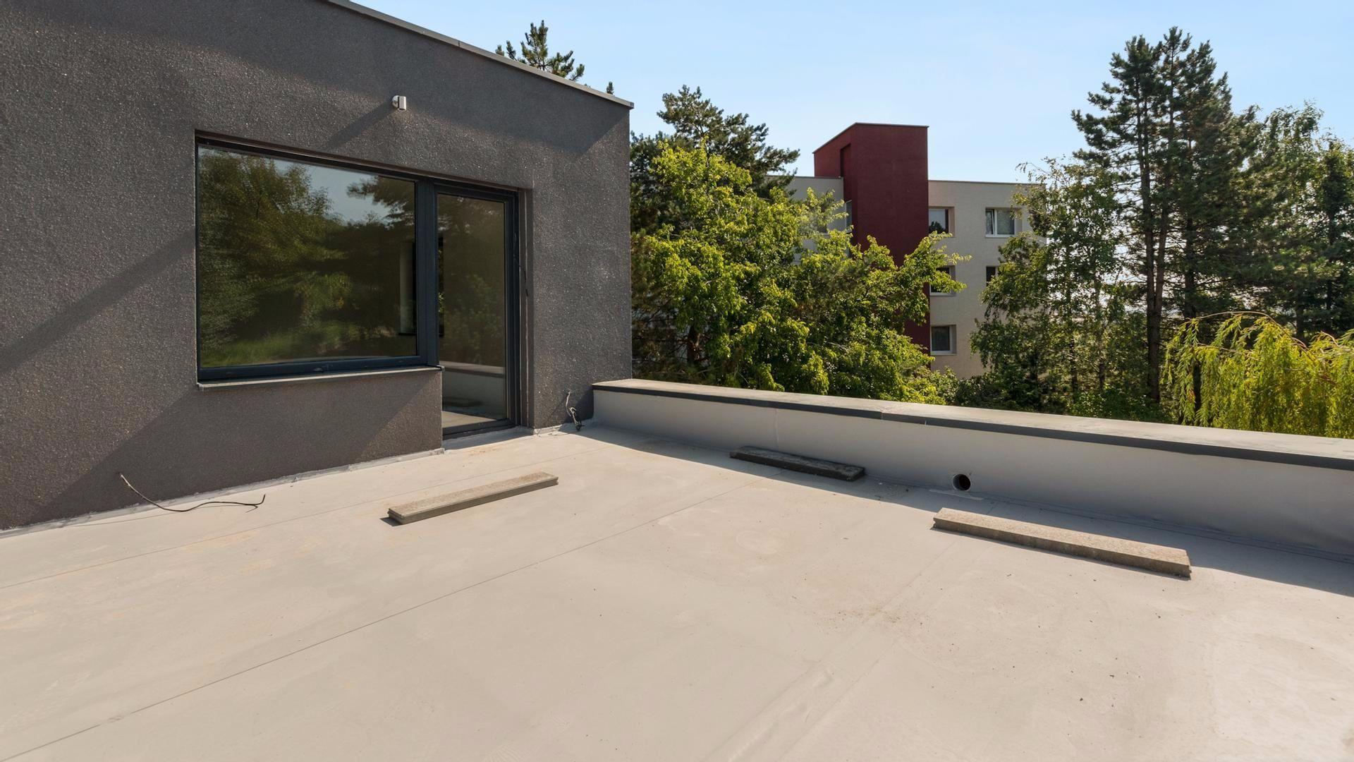 Dvojizbový byt s terasou a predzáhradkou pri lesíku