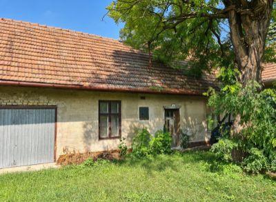 Na predaj ponúkame starý rodinný dom priamo v centre Hviezdoslavova s pozemkom 630m2.