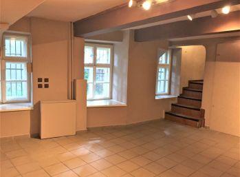 PROMINENT REAL prenajme nebytové priestory v historickej budove v Bratislave na Župnom námestí.