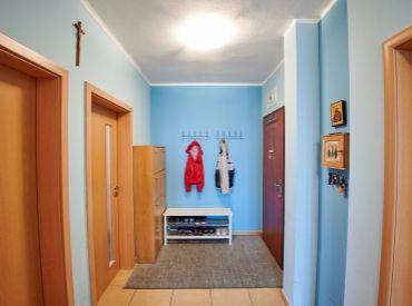 REZERVOVANÉ: Priestranný, slnečný 3-izbový byt priamo v Senci s parkovaním