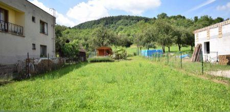 Ponúkame Vám na predaj  pozemok s právoplatným stavebným povolením + projekt domu v pokojnej časti obce Omšenie o rozlohe 368 m2.