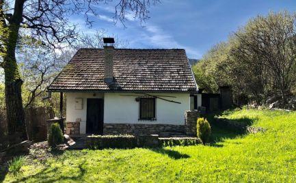 Murovaná chata v údolí Slovenkého krasu.