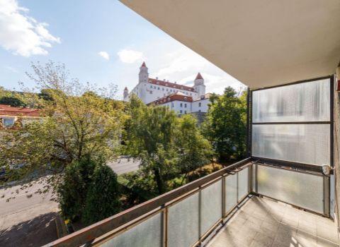 Na predaj 3 izbový byt s možnosťou prerobenia na 4 izbový vo výnimočnej lokalite Palisád s výhľadom na Bratislavský hrad
